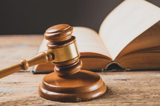 Gesetzesbuch und Hammer